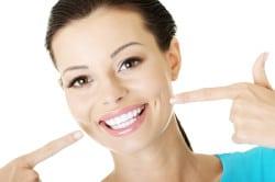 אישה עם גומות וחיוך מבריק